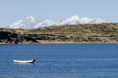 Sailboat no lago do titicaca fotografia de stock royalty free