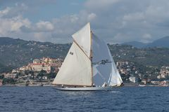Sailboat no mar imagem de stock royalty free