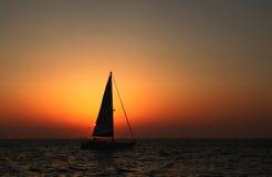 Sailboat no por do sol Imagens de Stock