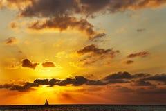 Sailboat no por do sol Foto de Stock