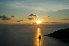 Sailboat no sol brilhante durante o por do sol Fotos de Stock Royalty Free