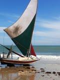 Sailboat pequeno na praia, Brasil de Jangada Fotografia de Stock