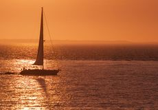 Sailboat in Red Sunset Royalty Free Stock Photos