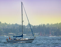 Sailboat sem as velas no lago Washington Fotografia de Stock