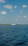 Sailboat solitário Imagem de Stock Royalty Free