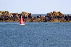 Sailboat vermelho no Oceano Atlântico foto de stock