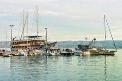 SailBoats και λιμάνι της αδριατικής θάλασσας σε Omis Κροατία στοκ εικόνα