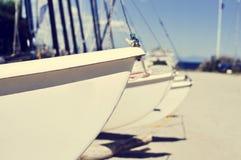 Sailboats καταμαράν που προσαράσσουν σε μια παραλία, με μια επίδραση φίλτρων Στοκ Εικόνες