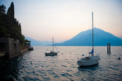 sailboats λιμνών como Στοκ Εικόνες