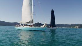 Sailboats με τους τουρίστες φιλμ μικρού μήκους