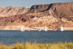 Sailboats πανί Boaters περιοχής αναψυχής υδρομελιών λιμνών αέρα γύρου Στοκ Εικόνα