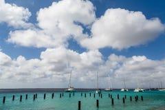 Sailboats που δένονται πέρα από τις συσσωρεύσεις στοκ εικόνες