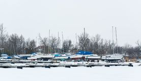 Sailboats που δένονται στο ομιχλώδες λιμάνι Κρύο χειμερινό τοπίο με το χιόνι και τον πάγο στοκ εικόνες