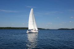 Sailboats που επιπλέουν στην μπλε λίμνη το καλοκαίρι Στοκ Εικόνες