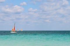 Sailboats που πλέουν κατά μήκος της ατλαντικής ακτής, Κούβα, Varadero Στοκ φωτογραφία με δικαίωμα ελεύθερης χρήσης