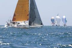 Sailboats που συναγωνίζονται στον μπλε ωκεανό ενάντια στον ουρανό Στοκ φωτογραφίες με δικαίωμα ελεύθερης χρήσης