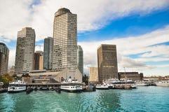 sailboats πρώτου πλάνου κατασκευής condo ΣΟ πύργος του Τορόντου οριζόντων Στοκ Εικόνες