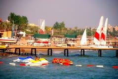 Sailboats στην παραλία σε Antalya, Τουρκία Στοκ εικόνα με δικαίωμα ελεύθερης χρήσης
