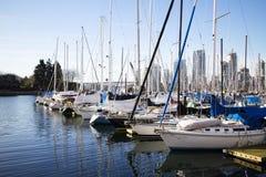 Sailboats στην ψεύτικη αποβάθρα κολπίσκου - ευρύ πλάνο Στοκ Εικόνες