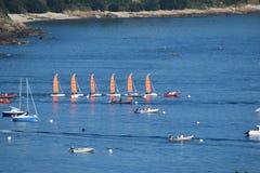 Sailboats στο ενιαίο αρχείο στη βρετονική θάλασσα στη Γαλλία στοκ εικόνες