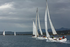 Sailboats συμμετέχουν το 12ο φθινόπωρο 2014 Ellada regatta ναυσιπλοΐας μεταξύ της ελληνικής ομάδας νησιών στο Αιγαίο πέλαγος Στοκ Φωτογραφίες
