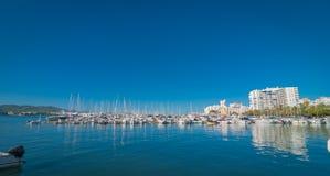 Sailboats & τέχνη ευχαρίστησης που δένεται Πρωί στο λιμάνι Sant Antoni de Portmany, πόλη Ibiza, Βαλεαρίδες Νήσοι, Ισπανία Στοκ εικόνα με δικαίωμα ελεύθερης χρήσης