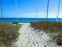 Sailboats, ωκεανός, άμμος Στοκ εικόνα με δικαίωμα ελεύθερης χρήσης