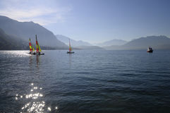 Sailboats coloridos pequenos no lago Annecy Foto de Stock Royalty Free