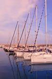 Sailboats escorados na porta Imagens de Stock