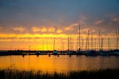 Sailboats no por do sol Imagens de Stock