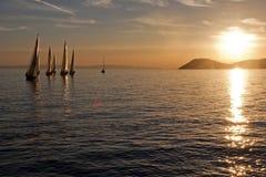 Sailboats no por do sol fotos de stock royalty free