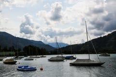 Sailboots på tegernsee i bavaria royaltyfri foto