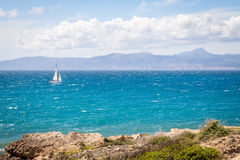 Sailer blanc en mer Photo stock