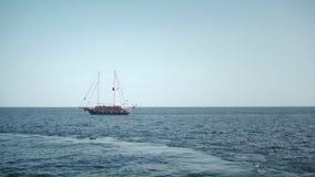 Sailer camina el océano Agua azul y mar abierto almacen de video