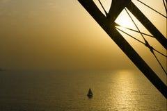 Sailer debajo del pilar del árabe del al de Burj, Dubai imagenes de archivo
