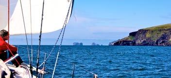 Sailer die Vestmannaeyjar naderen Stock Afbeelding