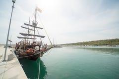 Sailer turistico sul nuovo pilastro Sarafovo in Bourgas, Bulgaria Immagine Stock