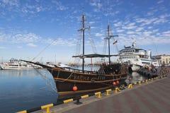 Sailfish Reveller στο θαλάσσιο λιμένα του Sochi αγκυροβολίων Στοκ Εικόνες