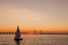 Sailing захода солнца стоковое изображение rf