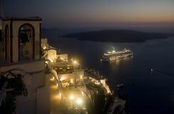 Sailing корабля далеко от Santorini на ноче Стоковая Фотография
