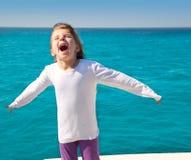 sailing малыша девушки рукояток возбужденный шлюпкой открытый Стоковые Изображения