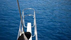 Sailing смычка шлюпки в голубом Средиземном море видеоматериал