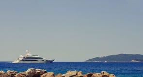 Sailing яхты в море стоковое фото rf