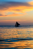заход солнца силуэта sailing шлюпки Стоковое фото RF