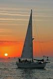 заход солнца sailing к Стоковая Фотография RF