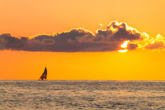 Sailing alone in the sunset Royalty Free Stock Photos