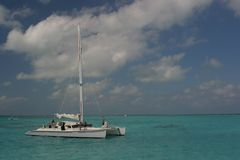 Sailing boat. Sailing on the ocean near Grand Gayman Island - Caribbean Royalty Free Stock Photos