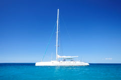 Sailing catamaran in the blue carribean sea Royalty Free Stock Photos