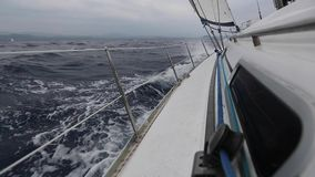 sailing Iate de competência no mar Mediterrâneo Estilo de vida luxuoso Fileiras de iate luxuosos na doca do porto video estoque