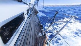 sailing Iate de competência no mar Mediterrâneo no fundo do céu azul fotografia de stock